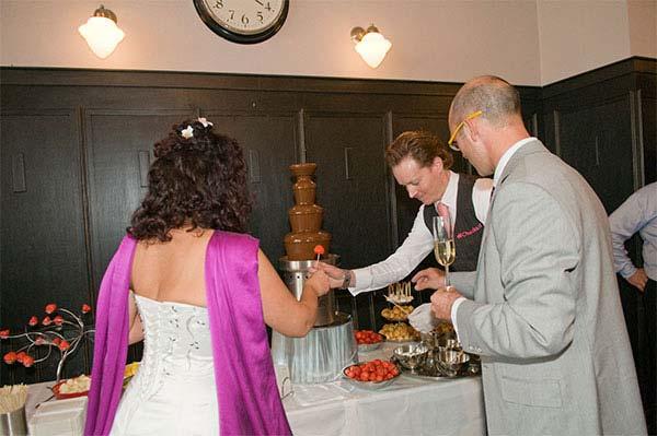 De bruid heeft de eer om als eerste een verse aardbei in een heerlijk laagje Callebaut chocolade te dompelen. De rest van de gasten volgden natuurlijk snel. Mmmm…